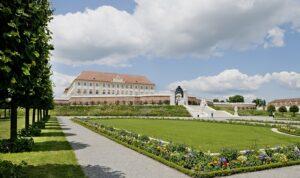 Von der riesigen Barockterrasse hat man einen herrlichen Blick auf das im Marcheld gelegene Schloss Hof. Foto: Schloss Hof