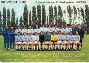 Postkarte der Meistermannschaft von 1973/74. Nach dem Titelgewinn und den beiden Spielen gegen CF Barcelona ging es Jahr für Jahr immer ein bisserl mehr bergab. Sammlung oepb
