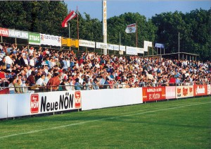 Die Euphorie um den VSE St. Pölten im Oberhaus hielt all die Jahre an. Spätestens mit dem Abstieg 1994 gingen auch die Besucherzahlen rasant zurück. Hier ein Foto vom Voith-Platz vom Juni 1994. Foto: oepb