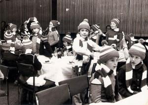 """Auf den Nachwuchs wurde stets großer Wert gelegt. Und anhand der Weihnachtsfeiern wurden die """"Stars von morgen"""" auch schon einmal mit blau-weißen Fan-Devotionalien eingedeckt. Während man beim LASK bei Würstel und Semmerl saß, wurde anhand der Werksküche beim SK VÖEST feudal Weihnachten gefeiert. Foto: Erwin H. Aglas / oepb"""