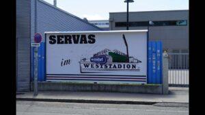 """Zurück zu den Wurzeln: Von 1976 bis 1980 kickte RAPID im sogenannten Weststadion, da im äußersten Westen Wiens gelegen. Nach dem Ableben des Konstrukteurs Ing. Gerhard Hanappi wurde ab 1980 das Stadion nach ihm benannt. Die Namensrechte des Neubaus auf altem Areal wurden an die Allianz-Versicherung verkauft. Für die RAPID-Familie ist Gerhard Hanappi nun vergessen, es zählt nur noch das """"Weststadion""""! Foto: Martin Sohl / oepb"""