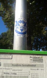 Gesichtet am Wiener Zentralfriedhof! Ein Fan-Aufkleber des verblichenen SK VÖEST. Foto: oepb