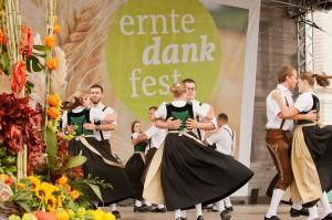 Bei Wein, Weib und Gesang begeht die Österreichische Bauernschaft alljährlich den Erntedank. Heuer stieg das Fest für die ganze Familie im Wiener Augarten. Foto: Harald Klemm