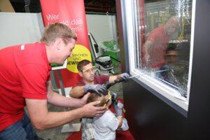 Groß und (in diesem Fall) Klein versuchten sich als Fenster-Einbrecher. Keine Chance, die Internorm-Fenster hielten. Foto: Internorm