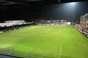 Der Sportclub-Platz, ausgeleuchtet von zwei verbliebenen Flutlicht-Masten in seiner ganzen aktuellen Pracht. Hier wird bereits seit 1904 Fußball gespielt. Foto: oepb