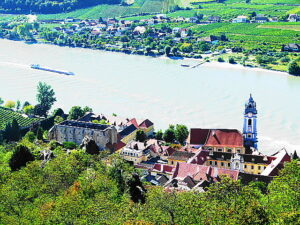 Selbst, wenn der Anstieg mühsam erscheint - der Blick auf die darnieder liegende Wachau entschädigt für jedwede Anstrengung. Foto: oepb