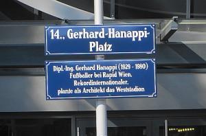 """Auf Ing. Gerhard Hanappi wurde mit diesem Platz direkt vor dem Allianz-Stadion nicht vergessen. Hanappi konzipierte das """"erste"""" Weststadion, in dem RAPID von 1977 bis 2014 heimisch war. Foto: oepb"""