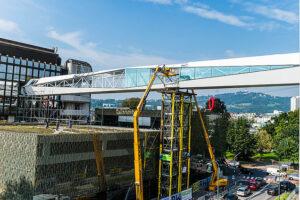 Präzise Maßarbeit beim Versetzen der Brücke, die die beiden Oberbank Gebäude verbindet. Foto: Erich Krügl / www.kruegl.at