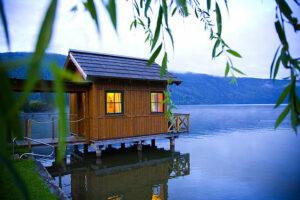 Von der Seesauna genießen Gäste einen beeindruckenden Blick über den Millstätter See und auf die umliegende, malerische Bergkulisse. Die Seesauna gehört zu den Besonderheiten des Romantik Hotels Seefischer. Foto: W. Krug/Romantik Hotel Seefischer