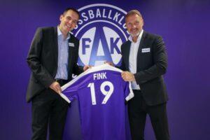 Thorsten Fink (rechts) und der FK Austria Wien (links, AG-Vorstand Markus Kraetschmer). Zwei Komponenten, die zusammenpassen. Die Nummer 19 steht für das vorzeitige Vertrags-Verlängerungs-Jahr bis Ende der Spielzeit 2018/19. Foto: FAK