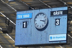 Das Vidiwall-Motiv der alten Anzeigetafel vom Städtischen Stadion an der Grünwalderstraße verkündete nach Spielschluss die triste Gewissheit: Die Löwen bissen sich an einem Gegner wieder einmal die Zähne aus. Foto: oepb