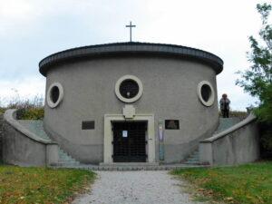 Blick auf die Auferstehungskapelle, errichtet zur Erinnerung an die in den Jahren 1933 bis 1935 vollzogene Erhöhung und Verstärkung der Hochwasserschutzdämme für Wien und das Marchfeld. Foto: oepb