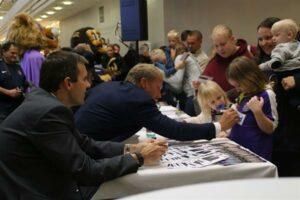 Autogramm-Wünsche dürfen bei solchen Anlässen natürlich nicht fehlen. Für Thorsten Fink (zweiter von links) die absolut positiven Seiten des Fußball-Geschäftes. Foto: FAK