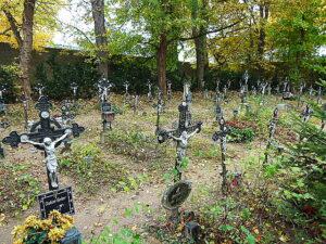 """Im Gegensatz zu anderen Friedhöfen wird dieses Areal mehr der Natur überlassen. Und anstatt eines Grabsteins befindet sich auf überall das gleiche schmiedeeiserne Kreuz. """"Unbekannt"""" oder """"Namenlos"""" steht dort oftmals zu lesen. Foto: oepb"""