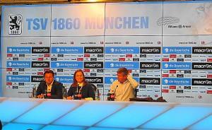 Von links: Löwen-Coach Kosta Runjaic, 1860-Presse-Lady Lil Zercher, sowie Fortuna-Trainer Friedhelm Funkel. In Deutschland ist es üblich, dass anhand der Pressekonferenz kaum Fragen gestellt werden. Im Anschluss an die PK versammeln sich die Journalisten als Traube um die jeweiligen Trainer und führen die Befragungen durch. Foto: oepb