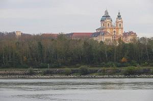 Blick über die Donau von der Emmersdorfer Seite auf das abendliche Stift. Foto: oepb