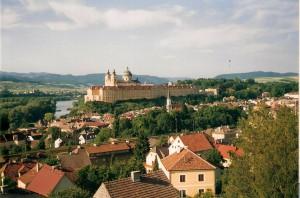 """Blick vom """"Birago-Berg"""" auf das Benediktinerkloster Melk an der Donau. Egal welchen Anfahrtsweg man auch wählt, der pompöse Stifts-Anblick ist von überall aus sehr gut sichtbar. Foto: oepb"""