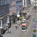 """Seit es gefühlt den Elektrischen Strom gibt, schlängelt sich die im Volksmund als """"Elektrische"""" titulierte Tramway durch Linz. Die Straßenbahn-Garnitur der LINZ AG/Linien gehört zur Stadt, wie die Landstraße, die als Top-Wirtschaftsstandort gilt und die im übrigen die längste Einkaufs-Meile Österreichs ist - sieht man von der Wiener Mariahilfer Straße ab. Foto: Stadt Linz"""