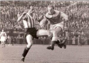Max Merkel (links; RAPID) gegen Ernst Stojaspal (AUSTRIA) im Rahmen eines Wiener Derbys am 30. April 1950. Sammlung: oepb