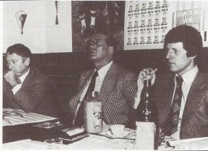 In seiner Eigenschaft als ÖFB-Sportdirektor besuchte Max Merkel (Bildmitte) auch die AUSTRIA-Fans. Am 2. Februar 1978 war er zu Gast im Klubheim des Austria Wien-Anhängerklubs. Links: Direktoriumsmitglied Dr. Erik Geutner, rechts FAK-Trainer Hermann Stessl. Foto: Austria Wien