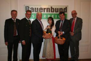 Von links: Karl Purkarthofer, Rupert Gsöls, Jakob Auer, Apfelprinzessin Lisa I., Johannes Abentung, sowie Johann Greimel. Foto: Bauernbund