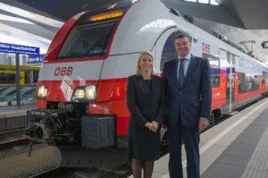 Evelyn Palla, Vorstandirektorin der ÖBB-Personenverkehr AG, sowie Verkehrsminister Jörg Leichtfried freuen sich ...