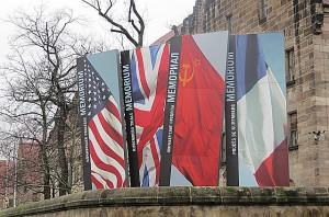 Die vier Flaggen der Bestzungsmächte USA, England, UdSSR und Frankreich weisen vor dem Nürnberger Justizpalast auf das Memorium der Nürnberger Prozesse hin. Foto: © oepb