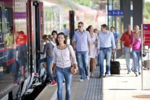 Saubere Bahnsteige, kompetente und freundliche Mitarbeiter, sowie große Sicherheit, egal ob für Alleinreisende ...