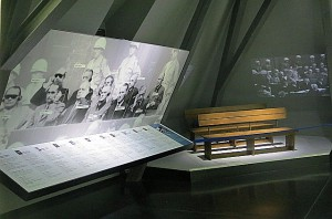In der Ausstellung: Links die Angeklagten, im Hintergrund die Anklagebänke. Foto: oepb