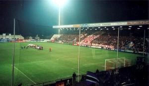 """.. gibt es in dieser Form heute nicht mehr. Mit dem neuen """"Stadion Essen"""" hofft man, dass RWE zu alten Erfolgen zurückkehren wird. Beide Fotos: oepb / 2005"""