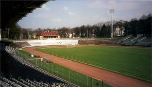 """Blick auf das """"Stadion am Zoo"""" in Wuppertal. Der Wuppertaler SV, als auch Borussia Wuppertal teilten sich diese Spielstätte. Direkt am Areal rattert die Schwebebahn als """"Hochbahn der Stadt"""" vorbei. Der WSV, detto ein Traditionsverein, stieg im heurigen Sommer 2016 zumindest wieder in die Regionalliga West auf. Foto: oepb / 2002"""