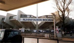 """Das Ruhrstadion ist die Heimstätte des Vfl Bochum. Am 25. August 1987 waren hier beim Derby gegen Schalke 04 knapp 50.000 Zuschauer zugegen, wobei gut zwei Drittel im Lager der """"Königsblauen Knappen"""" gestanden sind. Foto: oepb / 2002"""
