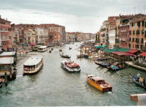Das Venedig der Neuzeit um die Jahrtausendwende. Blick von der Rialtobrücke auf das rege Treiben des Canale Grande. Der Doge von Venedig wachte als oberster militärischer Befehlshaber über der Stadt. Foto: oepb
