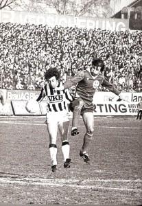 Nach seinen Jahren in Belgien kehrte er im Sommer 1979 nach Österreich zurück. Hier, im Frühling 1980, fightet Edi Krieger, links, im Dress des LASK gegen Thomas Parits (SK VÖEST). Die Linzer Gugl war stets gut besucht, wenn die beiden Linzer Rivalen die Klingen kreuzten. Foto: oepb