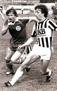 Freunde in der Nationalmannschaft, Rivalen in der Meisterschaft. Willi Kreuz vom SK VÖEST, links gegen Edi Krieger vom Linzer ASK. Hier anhand eines Derbys im Mai 1981. Foto: privat