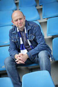 Frank Goosen auf der Tribüne im Bochumer Ruhrstadion. Foto: Volker Wiciok
