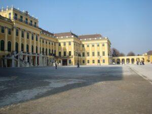 Š unten im Schloßpark, entlang der ganzen Anlage  das Schloß Schönbrunn lädt zu jeder Jahreszeit und an jedem Tag zu einem wundervollen Verweil-Besuch ein. Foto: oepb