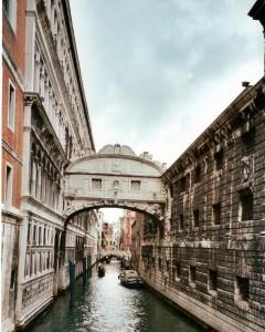 Blick auf die sogenannte Seufzerbrücke, die Ponte dei Sospiri, zu Venedig. Sie verbindet den Dogenpalast mit dem Zuchthaus. Ob Davide Venier dereinst auch diesen Weg gehen musste, bleibt der Phantasie des geneigten Lesers selbst überlassen. Foto: oepb
