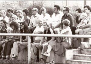 Alfred Günthner (hinten rechts, Herr mit Brille) 1977 nach seiner Ära beim SK VÖEST Linz und vor dem Gang zu Austria Salzburg. Hier anhand einer Sonntags-Matinee der 1. OÖ-Landesliga am Platz des SK St. Magdalena zu Linz-Urfahr. Vorne rechts sitzend: Karl Kiesenebner, ein langjähriger Akteur beim LASK und von Union Wels. Foto: privat/oepb