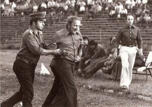 """Die Günthner-""""Verhaftung"""" (Bildmitte) im polnischen Sosnowiec war ein """"Irrtum vom Amt"""" und löste sich rasch in Wohlgefallen auf. Sektionsleiter Hermann Lackner (weiße Hose) rechts im Bild, intervenierte erfolgreich. Foto Juli 1976 privat / Sammlung oepb"""