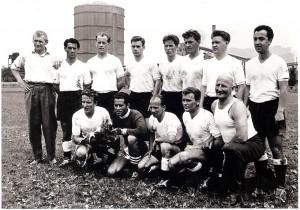 Alfred Günthner, 22jährig, 1958 am Werksportplatz der VÖEST, als oberösterreichischer Fußballmeister mit dem SK VÖEST Linz. Hockend vorne, erster von links: Foto: privat