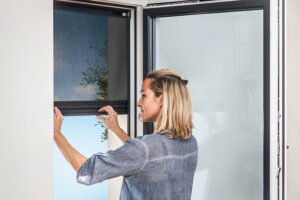 Das außenliegende BLINOS ROLLO von Schlotterer ist die ideale Sonnenschutzlösung für Mieter. Sein Fiberglasgewebe reduziert den Wärmeeintrag um 90 Prozent, lässt dennoch viel Tageslicht in den Raum und ermöglicht gute Durchsicht nach draußen. Foto: Schlotterer