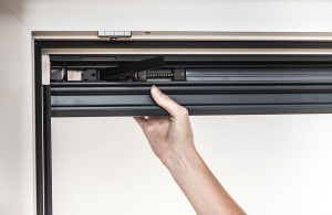Das BLINOS ROLLO wird mittels patentierter Klemmvorrichtung wind- und wetterfest am Fensterrahmen montiert  Fenster und Fassade bleiben dabei unbeschädigt. Foto: Schlotterer