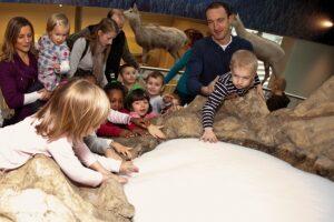 Die Familienführungen bieten für Groß und Klein mehr als nur öden Museums-Alltag. Foto: Daniel Hinterramskogler