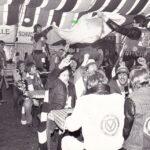 """Moment-Aufnahme einer Bierzelt-Stimmung in der Europahalle im Jahre 1980. Der Fussball-Fanklub """"Blue Army"""" feiert einen Sieg des SK VÖEST Linz. Foto: oepb"""
