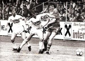 Oberhaus-Fussball in Wels. Der FC Union Wels empfängt Austria Salzburg in der Saison 1982/83. Links die Salzburger Gerald Rieder und Ferdinand Bartosch, rechts der Welser Heinz Singerl. Foto: privat / Sammlung oepb