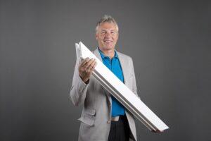 """Werksleiter Hans Saxinger: """"Wir fertigen täglich mehr als 2.700 Fenstereinheiten – damit zählen wir zu den größten Kunststofffensterwerken in Europa."""" Foto: Internorm"""