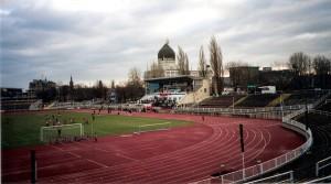Es ist überliefert, dass Helmut Schön als kaum 6jähriger am 5. Mai 1921 einer von 20.000 Zuschauern war, die das Länderspiel Deutschland gegen Österreich im Heinz Steyer-Stadion zu Dresden mitverfolgten. Der mitreißende Kampf, der letzten Endes mit einem 3 : 3 absolut gerecht geendet hatte, sollte den Fußball-Virus im Knirps Helmut Schön für alle Zeit geweckt haben. Das Heinz Steyer-Stadion, Spielstätte des Dresdner SC, am 6. Dezember 2003. Foto: oepb