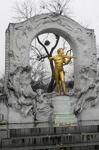 1903 beschlossen, den Standort 1907 festgelegt, aufgrund des Ersten Weltkrieges (1914-18) verzögert und am 26. Juni 1921 unter den feierlichen Klängen der Wiener Philharmoniker eingeweiht - das Johann Strauß-Denkmal im Stadtpark zu Wien. Foto: oepb