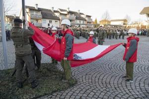 Unterstützt von der Feuerwehrjugend wird die österreichische Fahne gehisst. Foto: Bundesheer / Simader